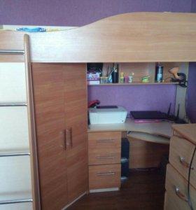 Кровать чердак с рабочей зоной и шкафом.