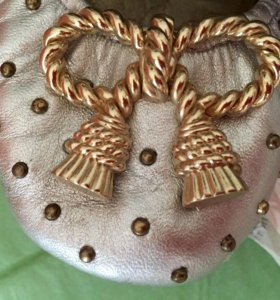 Балетки Juicy Couture с золотыми бантами и шипами