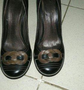 Туфли́ черные с коричневым бантиком