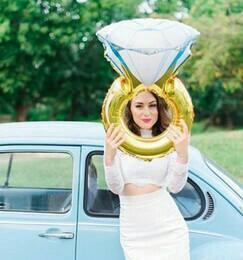 Большой шар в форме обручального кольца