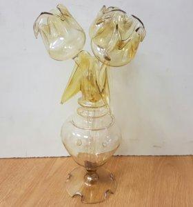 Стеклянная вазочка с тюльпанами