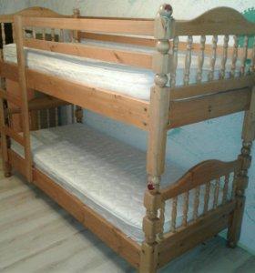 Двухярусная кровать с матрацами.