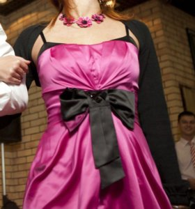 Коктейльное розовое платье со шнуровкой и бантом