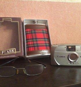 Очки, фляжка, фотоаппарат