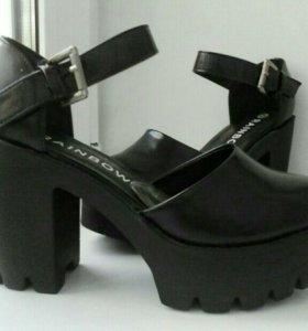 черные туфли с изрезанной подошвой