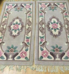 Два серых цветочных коврика
