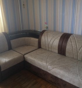 Кожаный угловой диван.