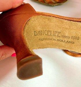 Танцевальные туфли для бальных танцев.