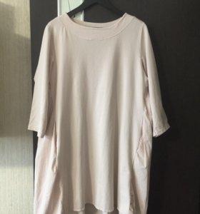 Туника-платье, свободного покроя.