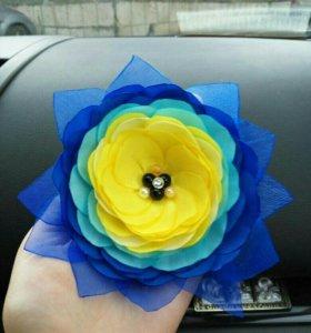 Красивый цветок на зажиме
