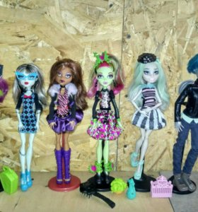 Куклы монстр хай 5 штук с доп.одеждой.