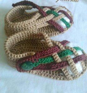 Вязанные пинетки-сандалии для мальчика