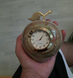 Часы-яблоко ручной работы из камня