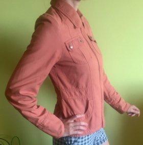 Продам фирменную куртку-ветровку женскую S