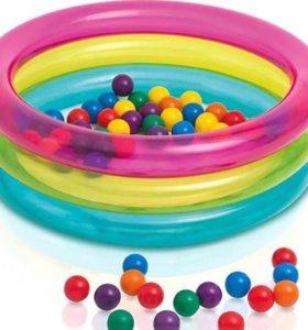 Надувной бассейн с шариками.