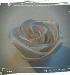 Роза из атласной ленты белая