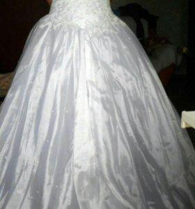 Свадебные платья и шубка.