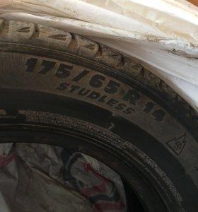 2 шины Michelin демисезон.