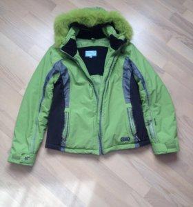 Куртка горнолыжная, очень легкая и тёплая;
