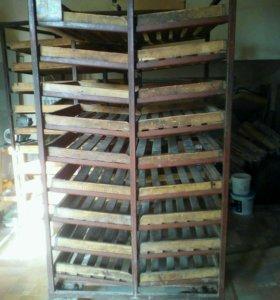 Тележки для накопления и хранения хлеба с лотками.