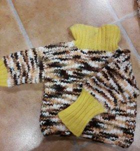 Вязаный свитер и высокие тапочки