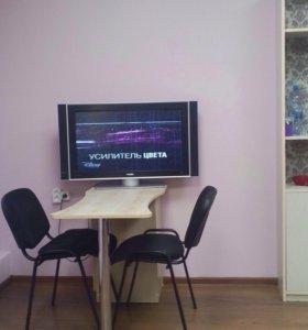 Маникюрный стол и два стула .