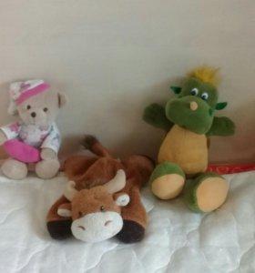 Плюшевые мишка, бычок и дракон в осартементе