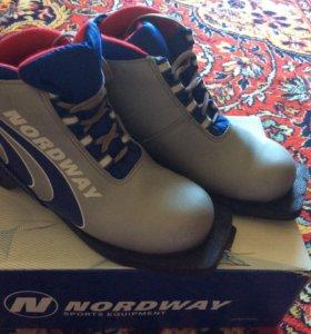 Лыжные ботинки. Размер 35.