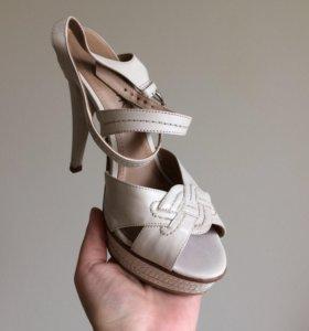 Туфли-босоножки кожаные на каблуке