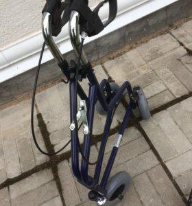 Ходунки на колесах для престарелых людей