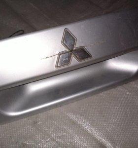 Панель крышки багажника Mitsubishi Dingo