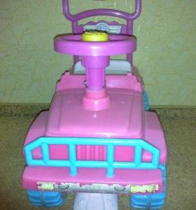 Машина-каталка детская