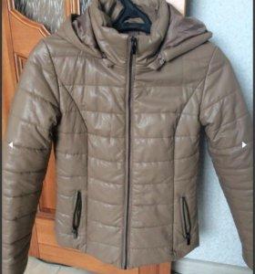 Женская бежевая куртка из эко-кожи