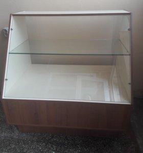 Холодильник и витринный прилавок