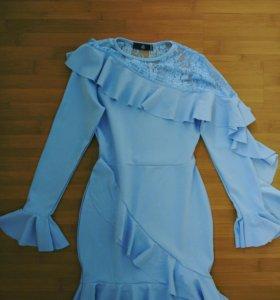Платье с рюшами и оборками