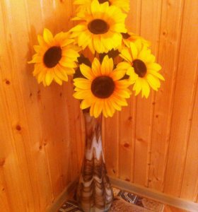 Высокая ваза с цветами