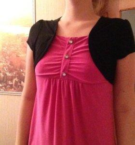 Блузка ярко розового цвета.