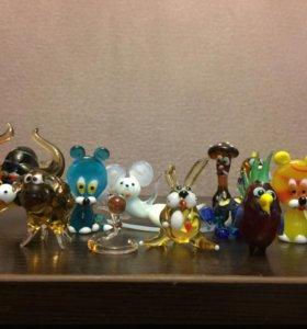 Коллекция маленьких стеклянных игрушек