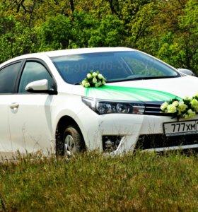 Эффектные украшения для свадебных автомобилей в зеленом цвете, изумруд. Красивый свадебный кортеж, машины и стильное оформление