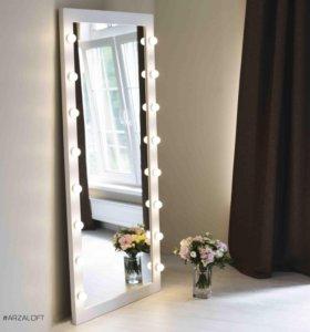 Зеркало с лампами в белой раме