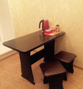 Обеденный стол с табуретками