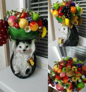 Ёжик с фруктами.