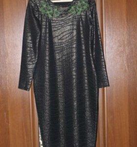 Эффектное платье с вышивкой по вороту