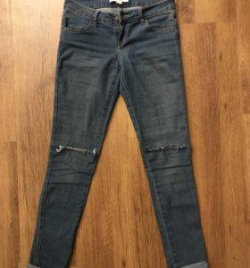 Синие джинсы forever21 с разрезами на коленках