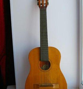 Небольшая шестиструнная гитара