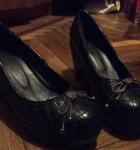 Туфли чёрные на танкетке
