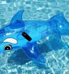 Надувной дельфин на море/в бассейн