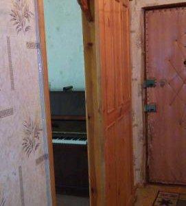 Деревянная дверь и резные наличники