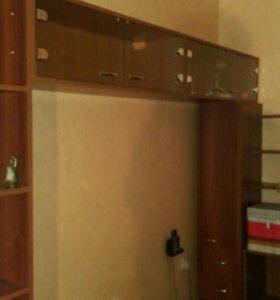 Конструкция из полок и шкафчиков