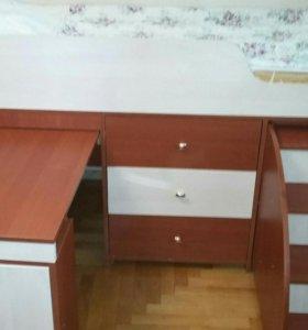 Детская кровать с лестницей, комодом и столом